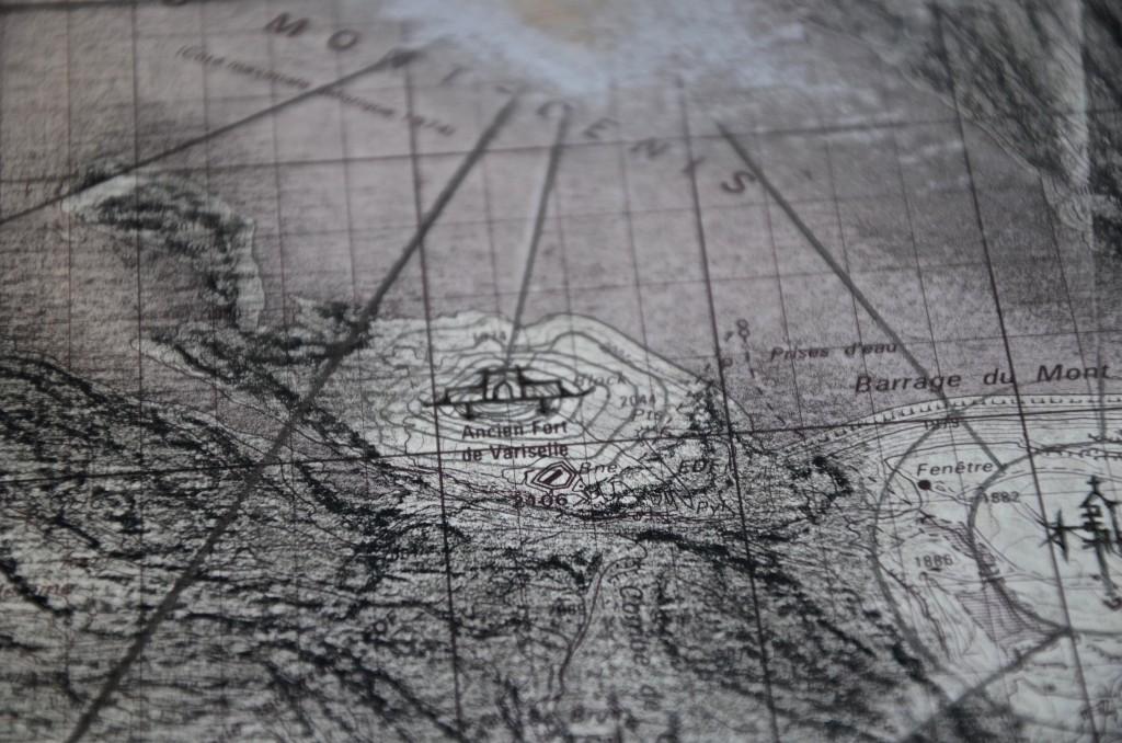 Les phares (Variselle) du Mont-Cenis, mai 2016, techniques mixtes sur carte topographique, 140 x 110 cm